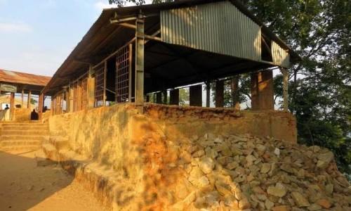 La struttura danneggiata dal sisma priva dei muri perimetrali